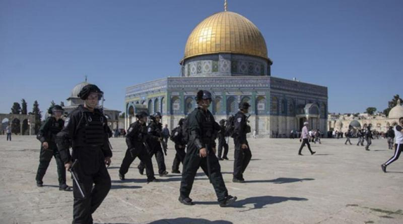Fanatik Yahudiler, katil İsrail polisinin desteğiyle Mescid-i Aksa'yı bastı