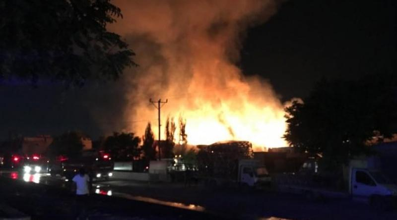 Gaziantep'te ahşap palet fabrikasında yangın çıktı