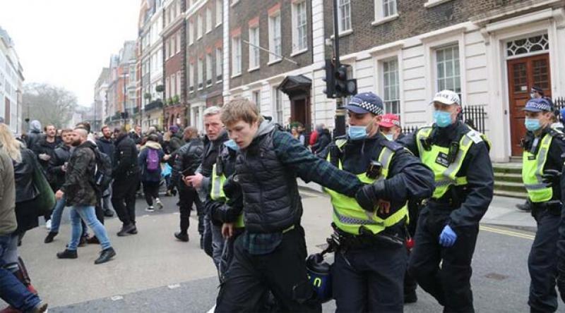 Aşı karşıtları polise saldırdı!