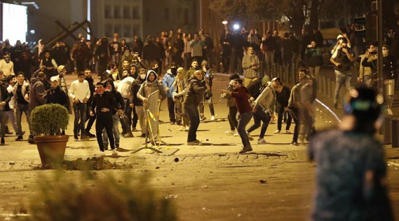 Lübnan'da hükümet karşıtları, siyasi partilere ait binaları ateşe verdi