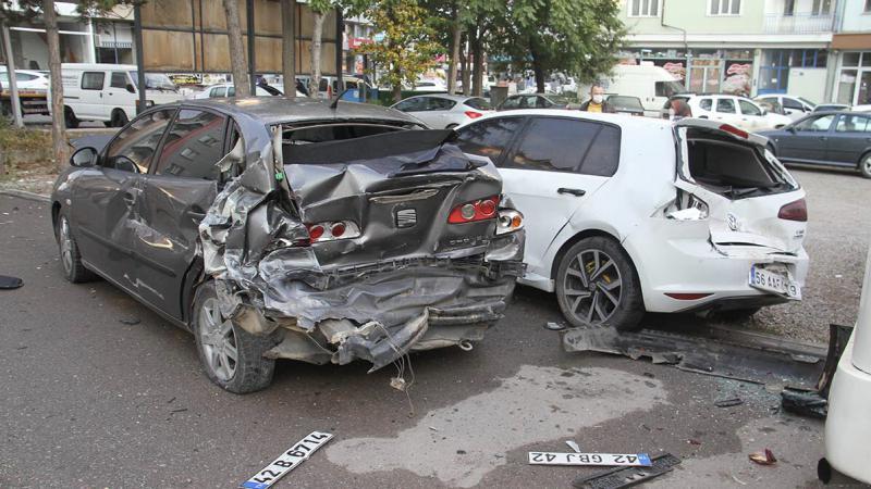 Konya'da işçi servisi 8 araca çarptı, yaralılar var