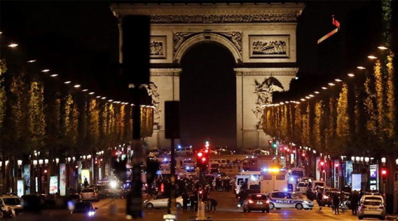 Fransa'da polisler Champs-Elysees meydanında İçişleri Bakanını protesto etti