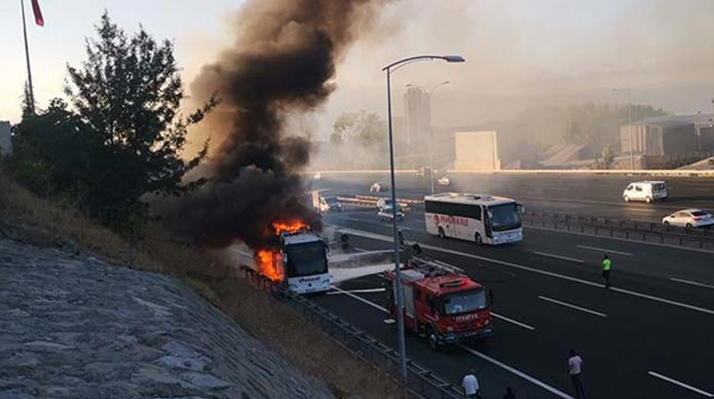 Kocaeli'de yolcu otobüsü alev aldı, son anda tahliye edildiler