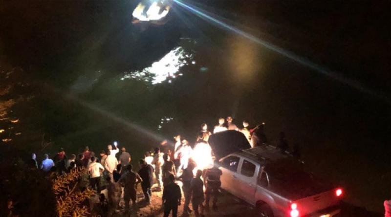 Yolcu minibüsü Fırat Nehri'ne uçtu