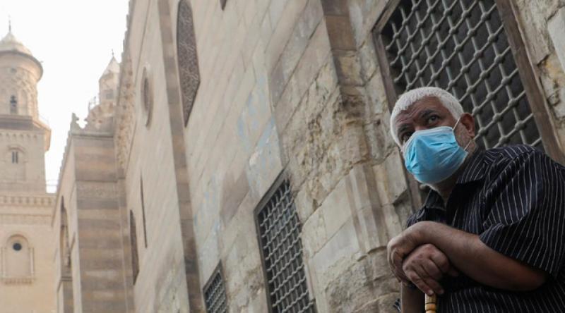 Mısır'da yatsı ve teravih namazları sınırlı cemaatle kılınacak