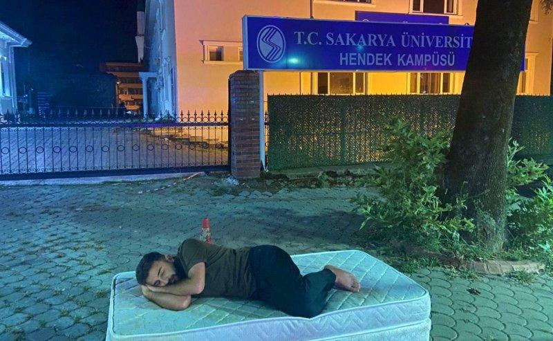Artan Ev ve Yurt Fiyatlarını İşte Böyle Protesto Etti! Üniversiteli Genç, Kampüsün Kapısına Yatak Atıp Uyudu!
