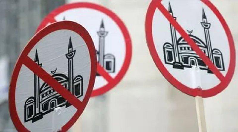Fransa'da ibadethanelerin kapatılmasının önünü açan yasa onaylandı