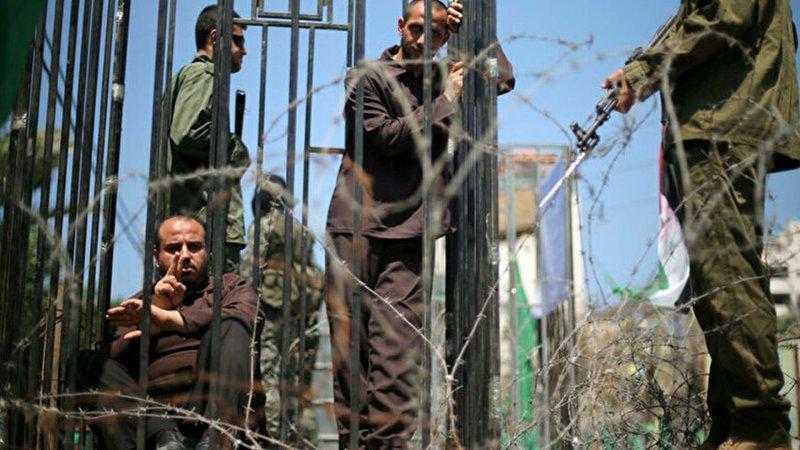 İsrail'de başka hapishaneye nakledilen Filistinli tutuklular darbedildi