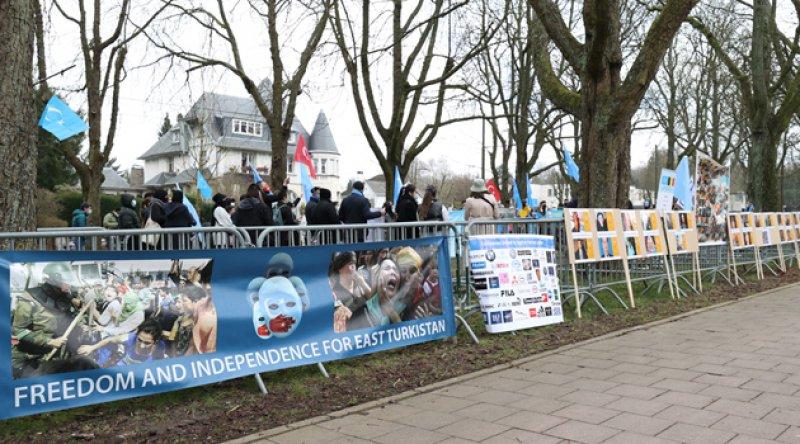 Doğu Türkistanlılar, Çin'in Brüksel Büyükelçiliği önünde protesto eylemi yaptı