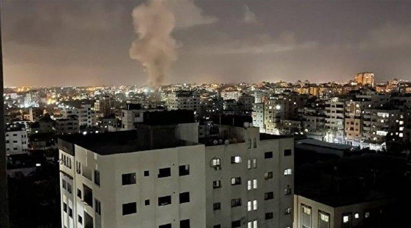 İşgalci İsrail'in savaş uçakları, Gazze'de çeşitli noktalara hava saldırısı düzenledi