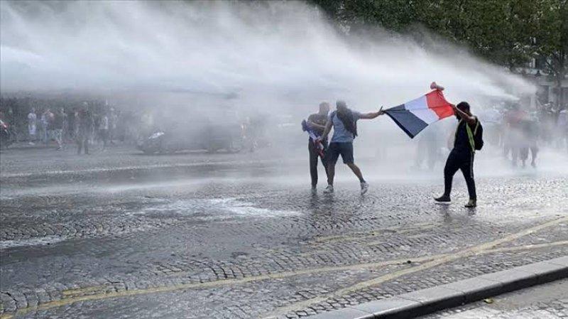 Avrupa'da aşı zorunluluğu ve kısıtlamalar protesto edildi; polis müdahale etti