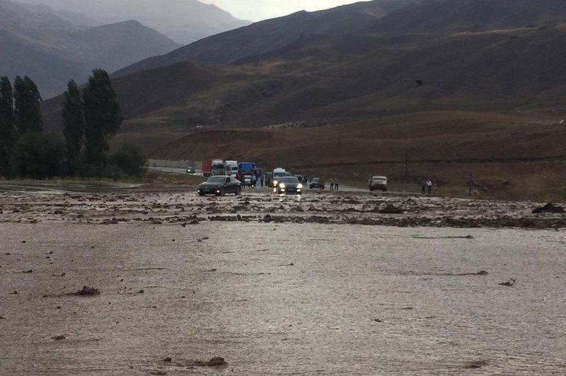Van-Hakkari karayolu sel nedeniyle kapandı