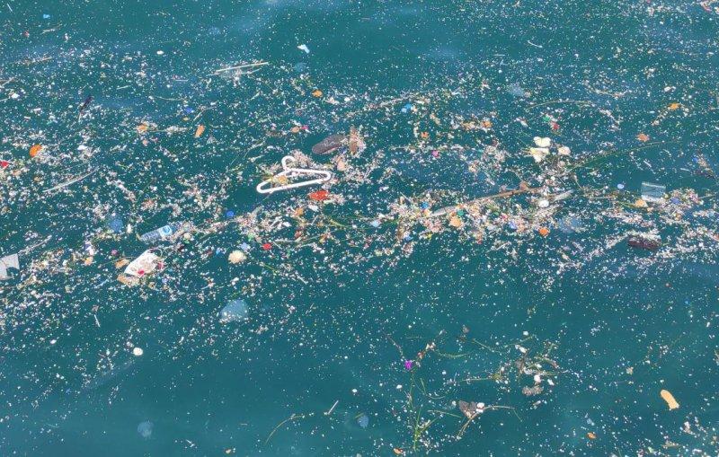 Üsküdar'da kıyıya vuran çöplerin oluşturduğu kirlilik çevredekileri rahatsız etti
