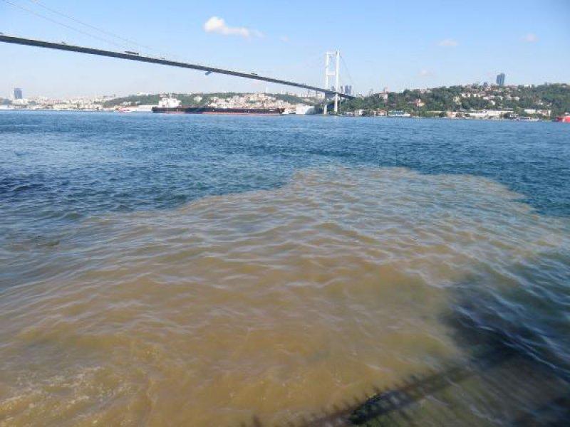 Beylerbeyi'nden İstanbul Boğazı'na akan kanal, denizin rengini değiştirdi