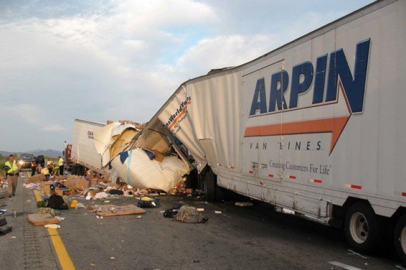 ABD'de kum fırtınası 20 araçlık zincirleme kazaya sebep oldu: 7 ölü