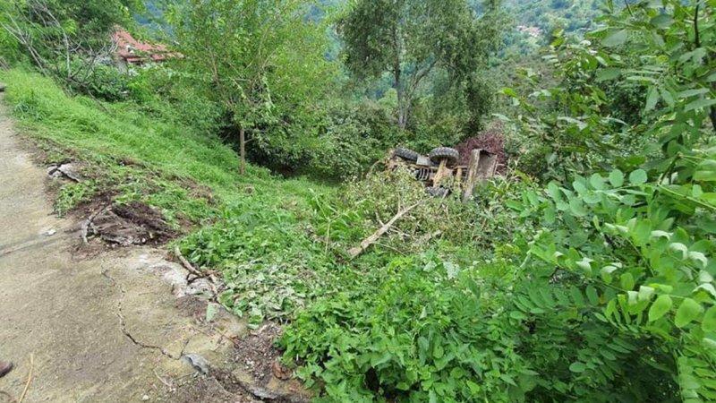 Ordu Perşembe'de heyelana müdahale eden kepçe devrildi: 2 yaralı