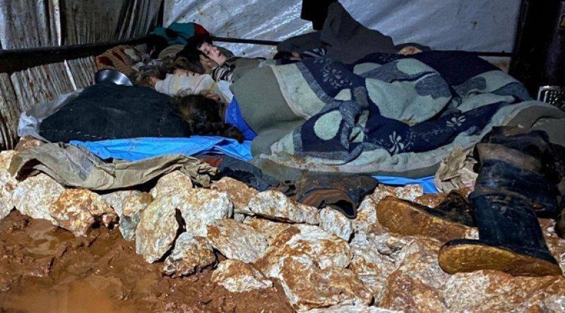 Yürek sızlatan görüntüler! Mülteci kampları, yağışların ardından su ve çamur esaretine girdi