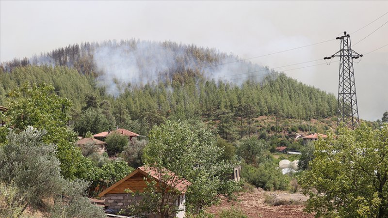 Isparta'da çıkan orman yangını kontrol altına alınmaya çalışılıyor