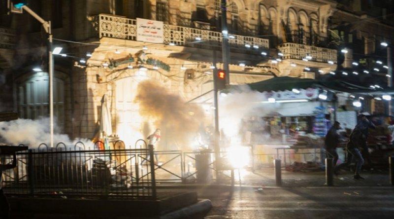 Siyonist İsrail'den teravih sonrası Filistinlilere saldırı!