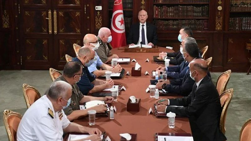 Tunus Cumhurbaşkanı, meclisin tüm yetkilerini dondurdu ve milletvekillerinin dokunulmazlıklarını askıya aldı