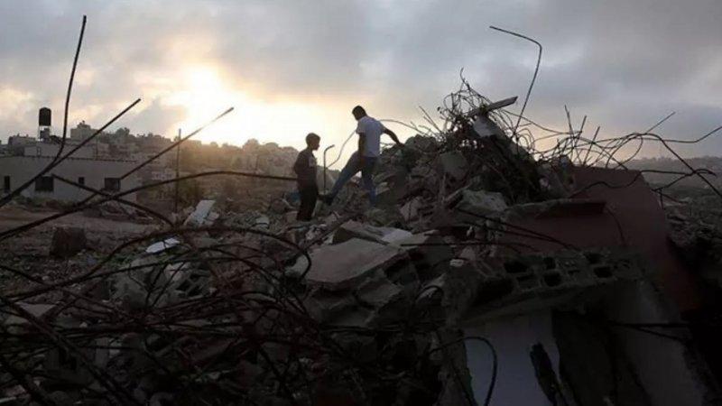 Siyonist İsrail, Filistinli aileye evini kendi elleriyle yıktırdı